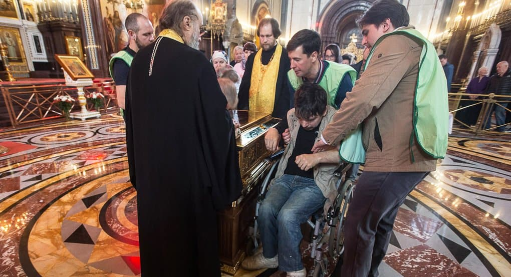 Инвалидов-колясочников пускают к мощам Николая Чудотворца без очереди