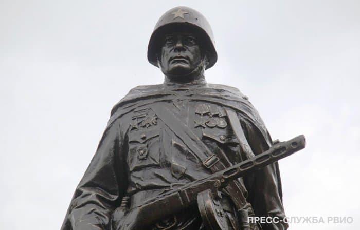 На месте тяжелых боев в Ростове-на-Дону открыли памятник советскому солдату