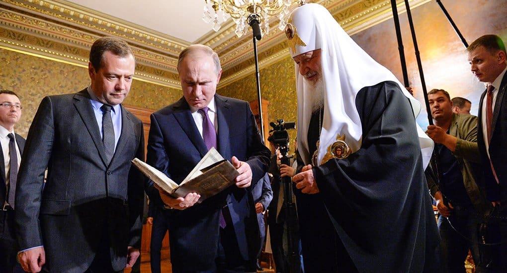 Владимир Путин подарил Патриарху книгу о Николае Чудотворце и поклонился мощам святого