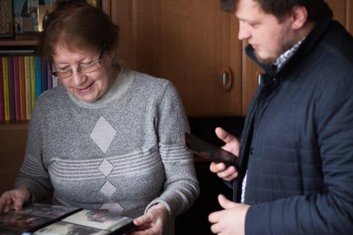 Красноярка подарила музейному центру коллекцию журналов «Фома»