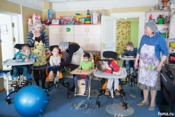 Время обеда, столы уже накрыты, воспитатели надели шапочки, чтобы спрятать волосы, ребят собрали для общей молитвы перед едой