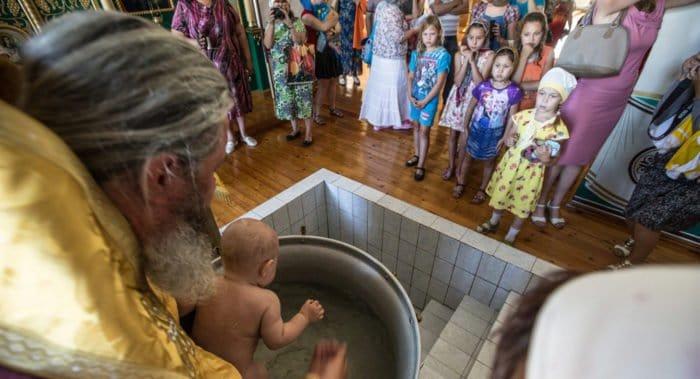 Почему дети кричат во время крещения?