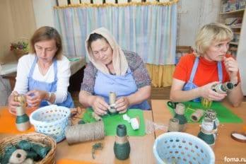 Мамы делают поделки, которые можно будет продать на одной из благотворительной ярмарок
