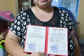 Наталья с дипломом мастера педикюра