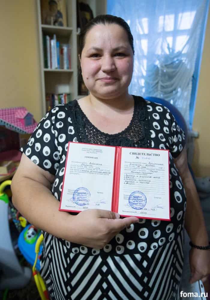 Наталья с своим дипломом мастера педикюра