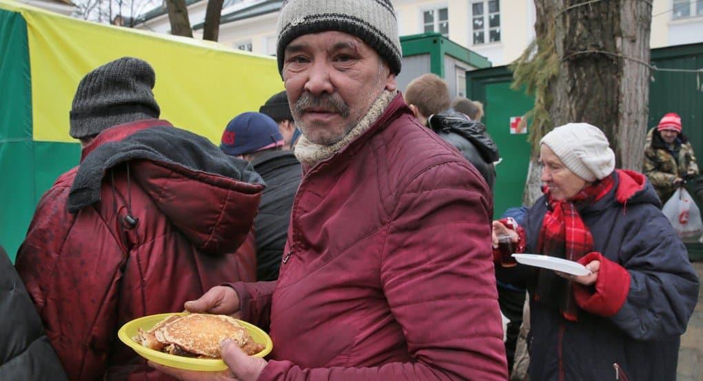 «Милосердие» собирает вещи для бездомных, которым негде укрыться от дождей