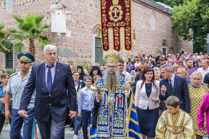 Тысячи болгар поклоняются святыням, принесенным из России