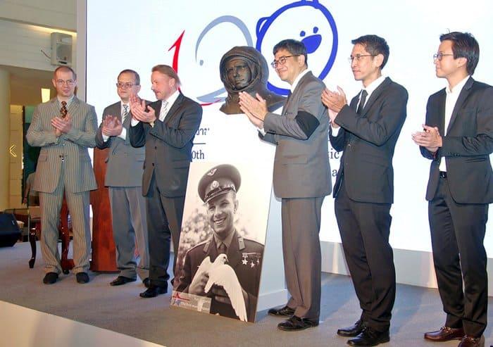 Бюст Юрия Гагарина подарили музею Таиланда