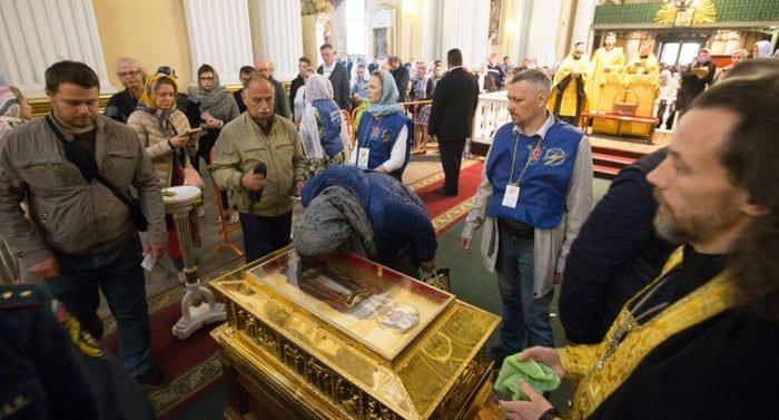 Верующие последний день поклоняются мощам Николая Чудотворца из Бари