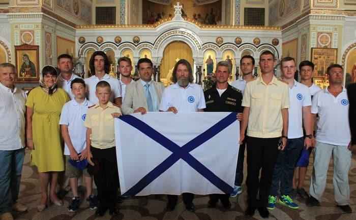 Отец Федор Конюхов вместе со студентами чистит от мусора побережье Черного моря