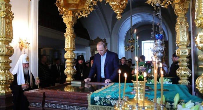 Владимир Путин поклонился мощам святых Сергия и Германа Валаамских