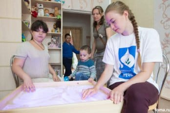 Справа - Аня, волонтер, учится в одиннадцатом классе