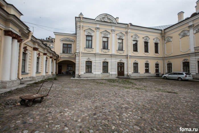 Как провести время с пользой в дождливую погоду в Петербурге