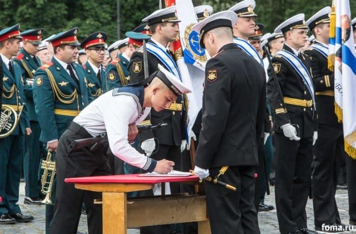 750 моряков приняли присягу в Кронштадте