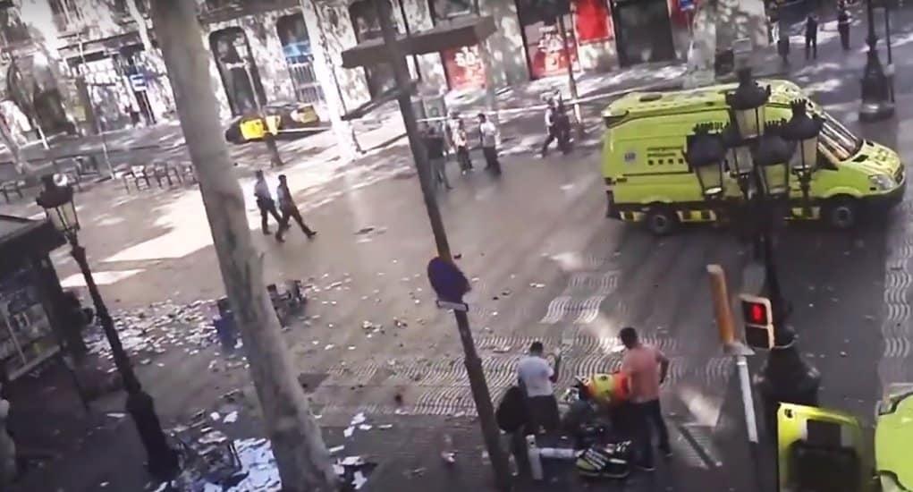 Минимум 13 человек погибли при наезде фургона на людей в Барселоне