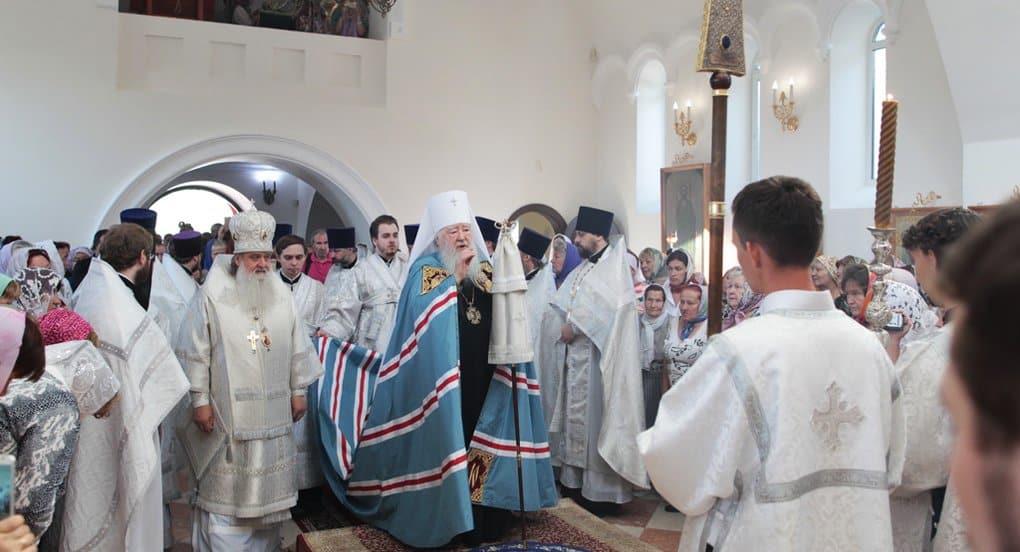 В подмосковном Константиново освятили восстановленный храм архангела Михаила