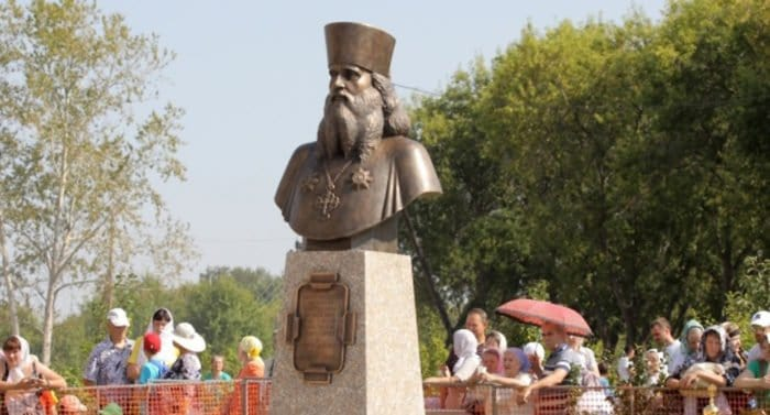 Патриарх Кирилл освятил памятник архимандриту Антонину (Капустину)