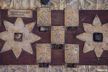 Камень от пещеры, где родился Христос. Мощи и иконы святых, в т. ч. преподобного Андрея Критского и Григория Нисского.