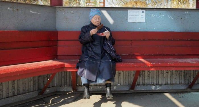 Бабушка называет внучку дочкой, так как она ее крестница. Что делать?