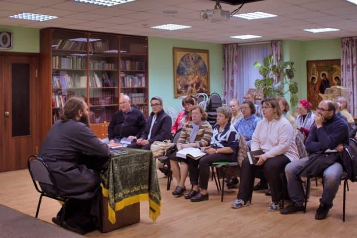 Люди в храме: катехизатор