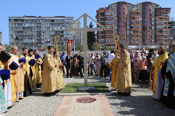 На месте воссоздания главного собора Махачкалы установили крест