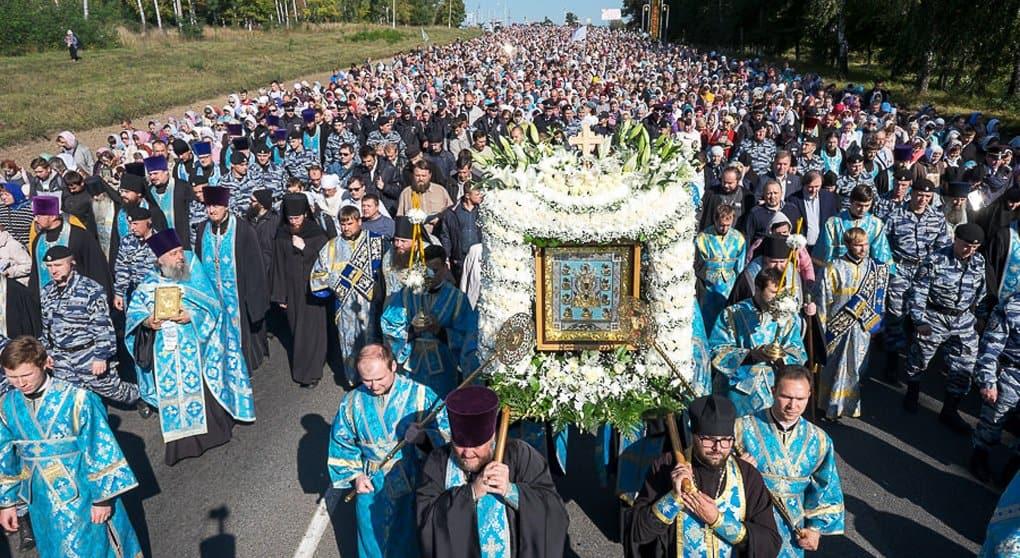 Тысячи верующих поклоняются Курской-Коренной иконе, принесенной из США