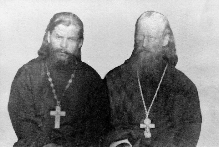 Справа от отца Григория Раевского — отец Николай Дмитров, поддержавший его в трудную минуту и приютивший дочь протоиерея Григория, свою крестницу