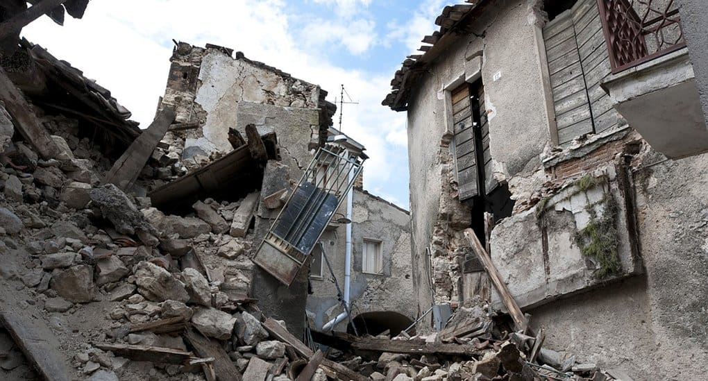 Более 90 человек погибли при землетрясении в Индонезии