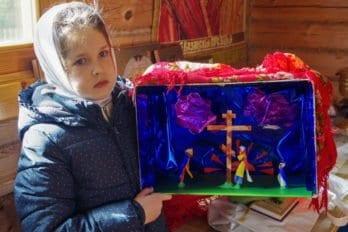 Восьмилетняя Соня Волкова, младшая дочка отца Антония, задалась вопросом: почему вертеп бывает только Рождественским? Почему не может быть вертепа, посвящённого любому другому церковному празднику. От размышлений она перешла к делу и смастерила Крестовоздвиженский вертеп.