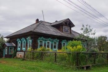 В этом доме жил до своего ареста в 1937 году священник Вячеслав Святицкий. Потом родня отца Вячеслава продала дом, и сейчас он принадлежит Людмиле Петровне Кузнецовой, учительнице географии на пенсии.