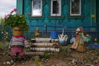 Некоторые местные жители отличаются фантазией и художественным вкусом, раскрашивают окружающие будни. Такие скромные поделки из подручных средств могут поднять людям настроение.