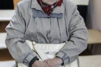 Вера Александровна Граждан, внучка отца Павла Зверева. Она родилась в 1941 году, дедушки не застала и знала о нём только из рассказов родных. Но родные мало что ей говорили — боялись, что девочка где-нибудь сболтнёт про расстрелянного дедушку-священника, и всем станет плохо. Впрочем, всем и так было не очень хорошо. Мама Веры Александровны работала школьным учителем, и с подачи её коллег ученики травили «поповское отродье». Отцу её не давали продвижения по службе — неподходящие у него были родственники. Самой Вере Александровне, когда она была первоклассницей, дети, подстрекаемые взрослыми, изрезали пальто — всё из тех же высокоидейных соображений. И это ещё, что называется, легко отделались — всё могло быть гораздо хуже.