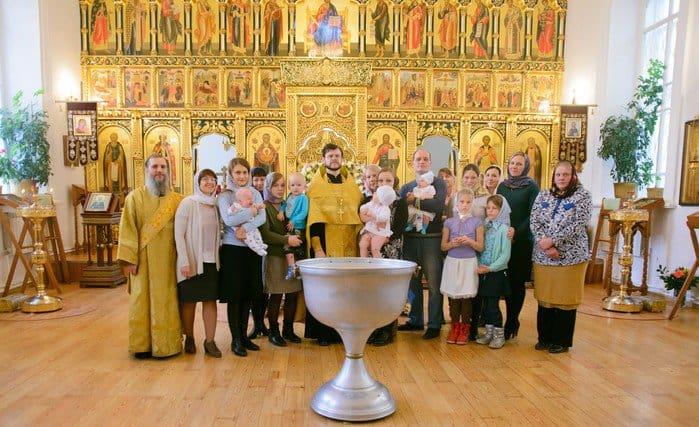 В Томске крестили малышей, спасенных от аборта