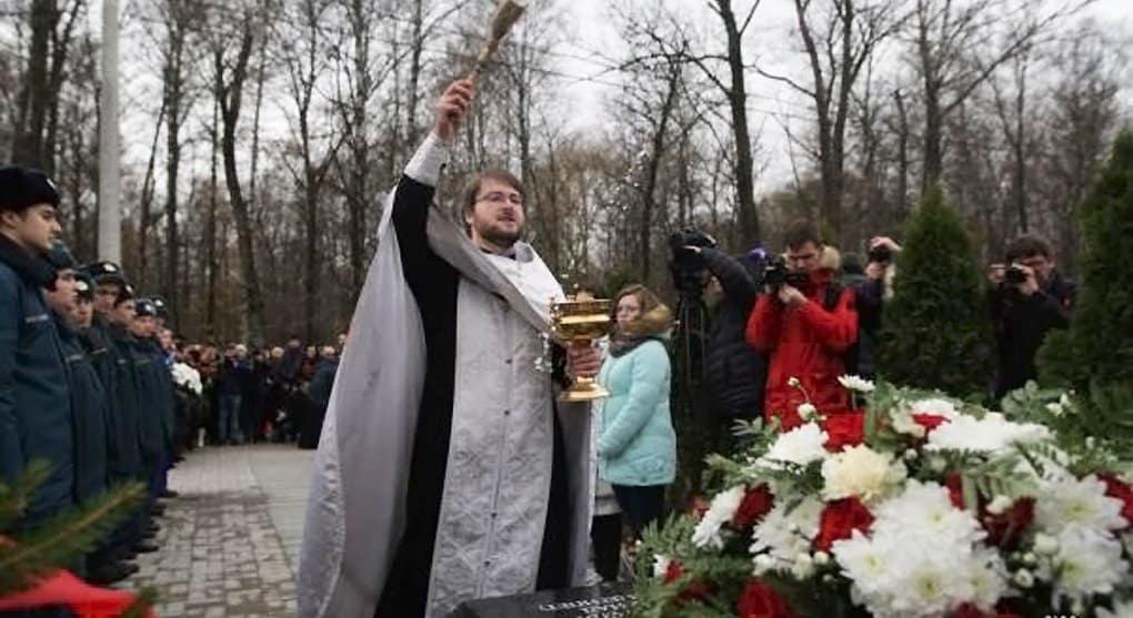 Памятник жертвам теракта над Синаем освятили в Петербурге
