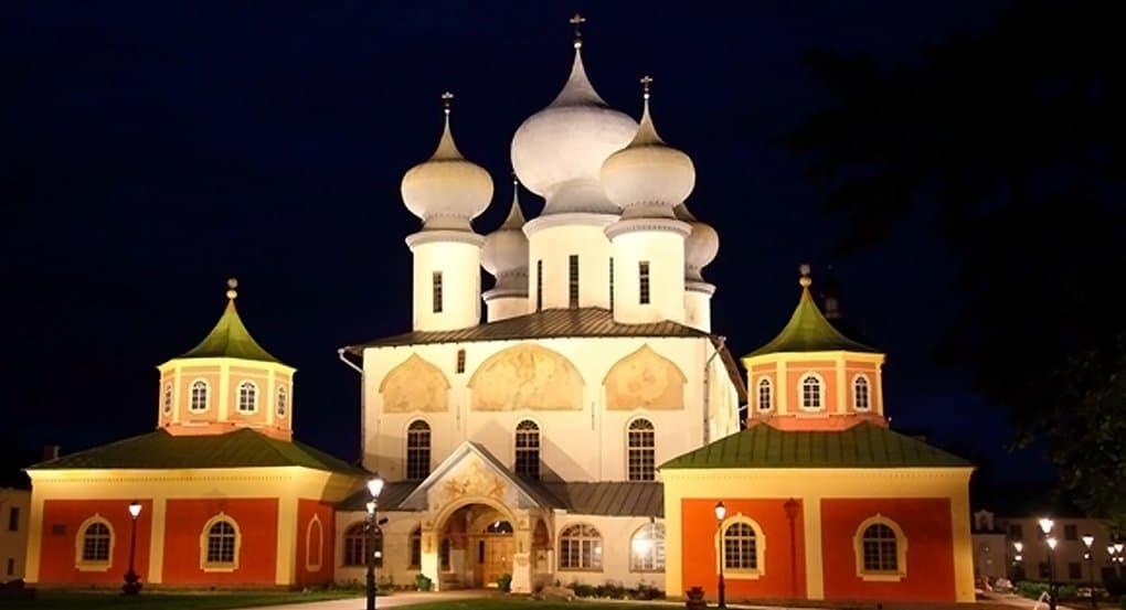 Тихвинский монастырь XVI века декоративно подсветили