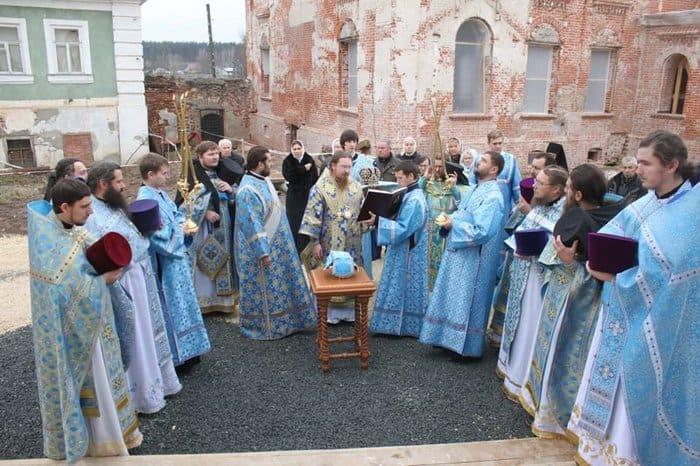 В Вышенском монастыре освятили отреставрированный Успенский храм