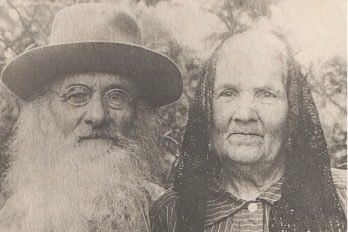 Протоиерей Павел Зверев с супругой Анной Ивановной (фото 1930-х годов). Отец Павел совершал богослужения и требы вплоть до своего ареста в ноябре 1937 года, несмотря на то, что и храм уже был закрыт местной властью.