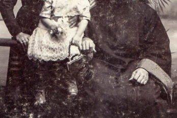 Отец Павел Зверев с женой и дочерью Софьей (фото 1908 года).