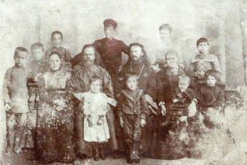 Отец Павел Зверев с семьёй (2-й ряд, 3-й справа). Фото начала XX века