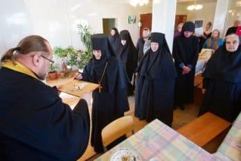 Раздача Панагии (особой Богородичной просфоры) после общей трапезы для сестёр иприхожан