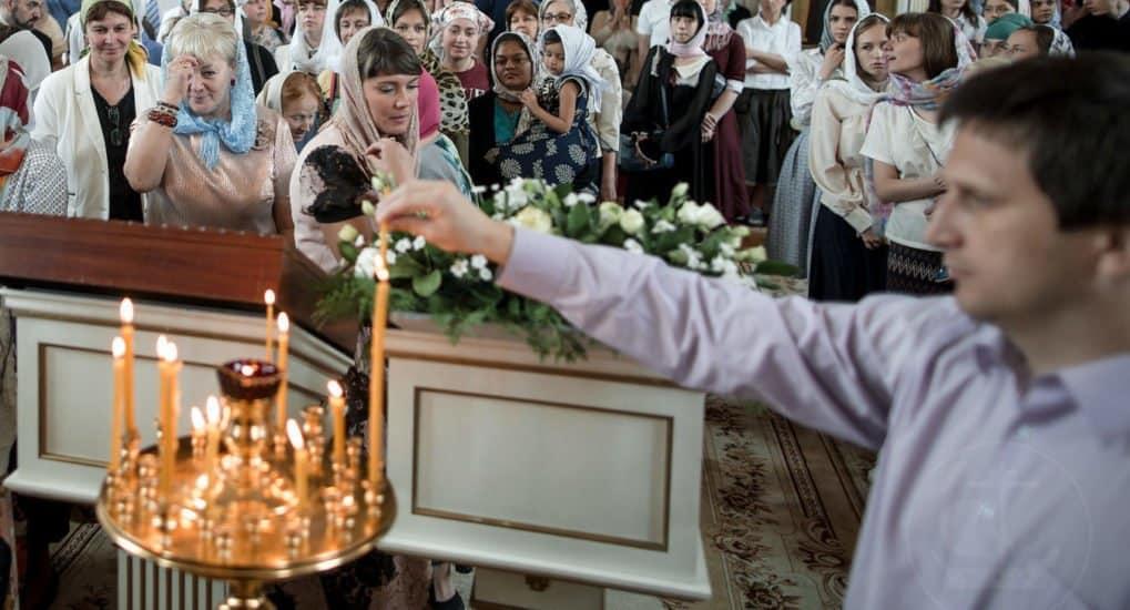 Почему служители тушат свечи в храме?