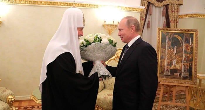 Владимир Путин подарил патриарху Кириллу картину «Успенский собор Кремля»