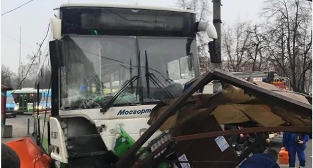 На северо-западе Москвы автобус въехал в остановку