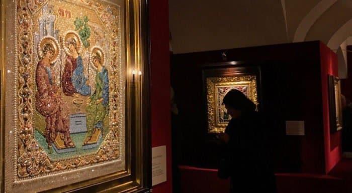 Уникальные вышитые иконы показывают в храме Троицка