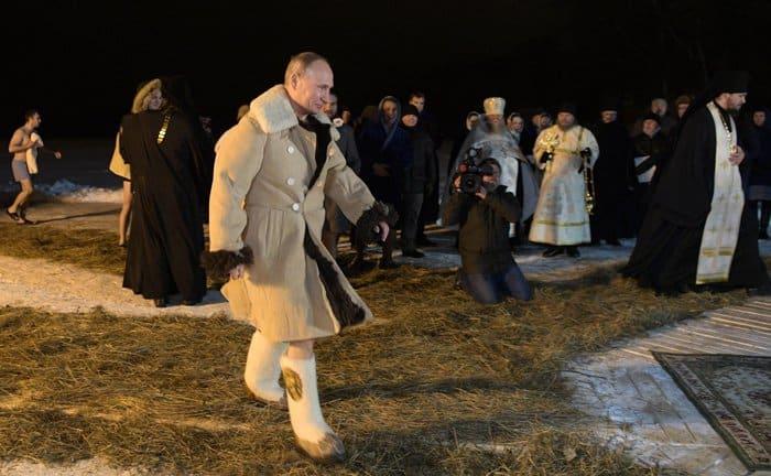 На Крещение Господне Владимир Путин посетил монастырь и окунулся в Селигер