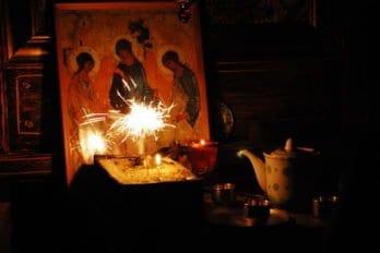 Рождественская служба в разрушенном храме. Фото Ольги Кацап
