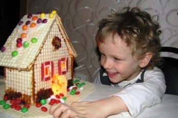 Сынишка Алексей и наш Рождественский домик. Фото Елены Буянкиной