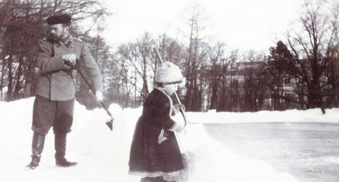 Так и было: царь за уборкой снега, русские казаки в Египте и Фидель на ледяной горке