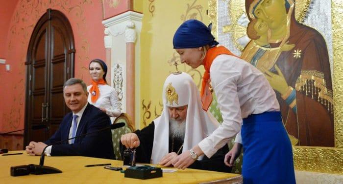 Патриарх Кирилл погасил марку, посвященную 100-летию восстановления Патриаршества
