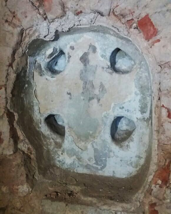 Закладные кресты XIV-XV веков нашли при реставрации храма в Новгороде